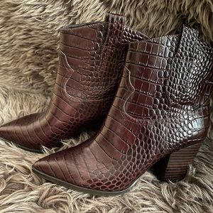 New w/o box Gibson Latimer croc ankle boots